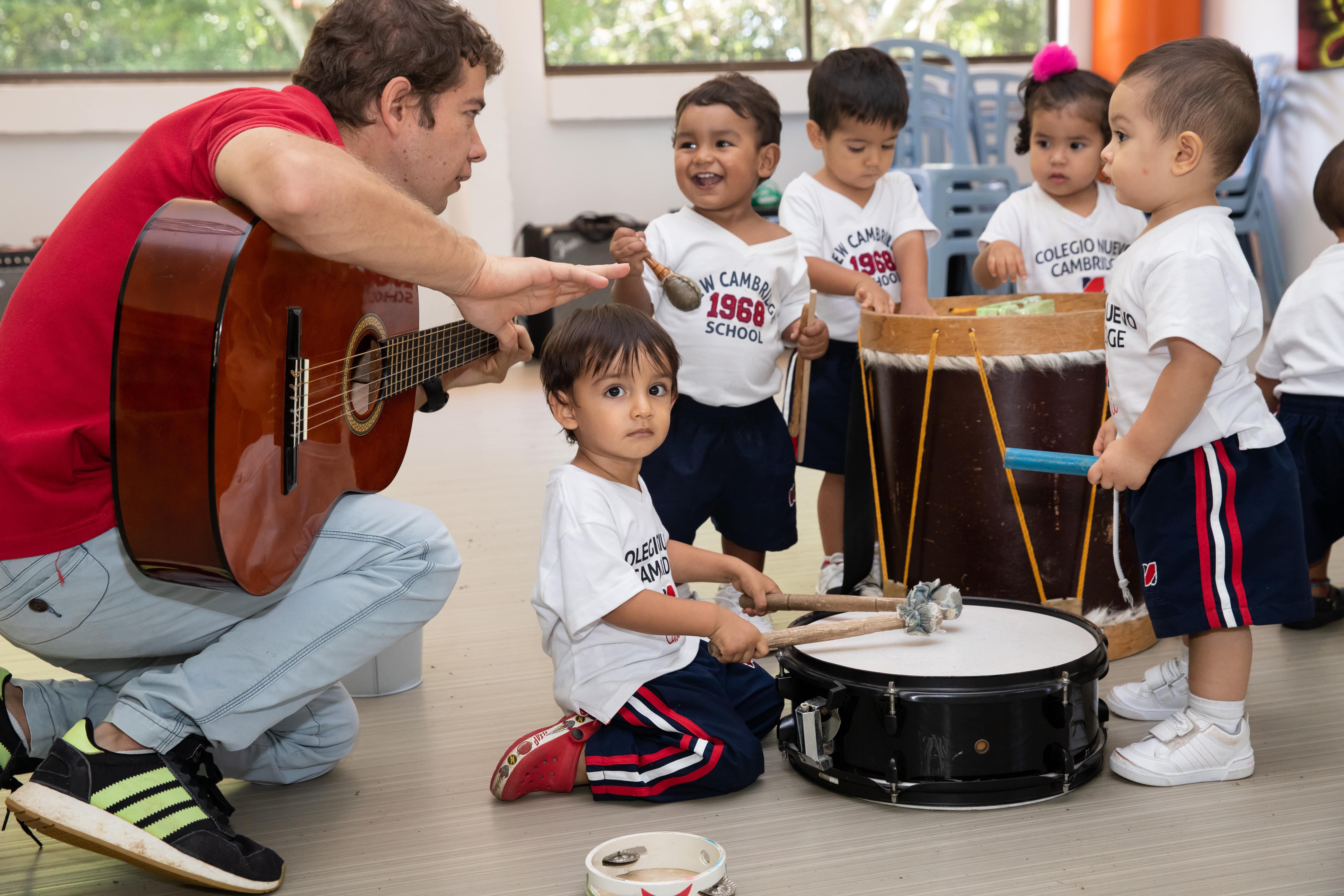 estudiantes maternal clase de musica en grupo