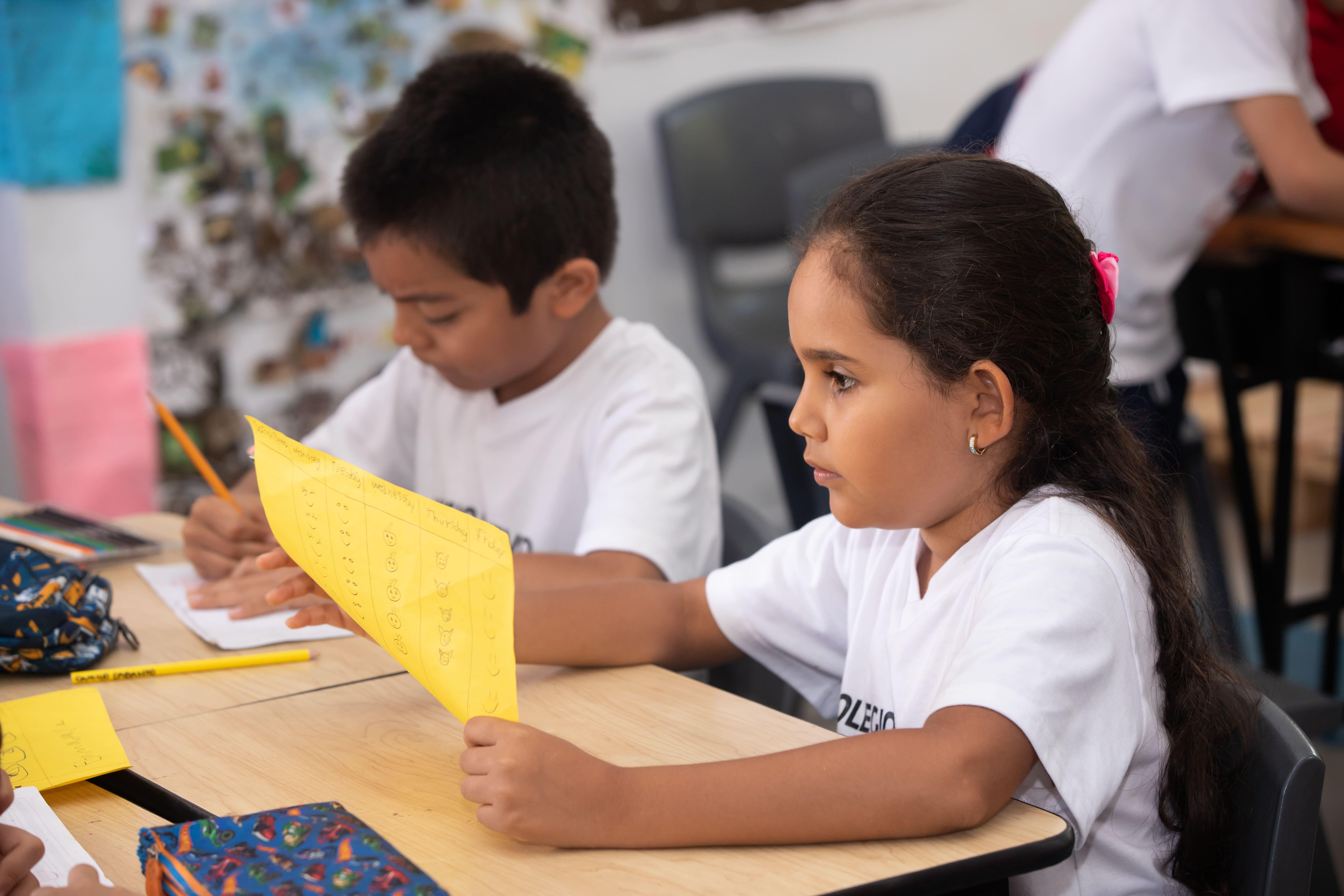 estudiantes trabajando en clase cali