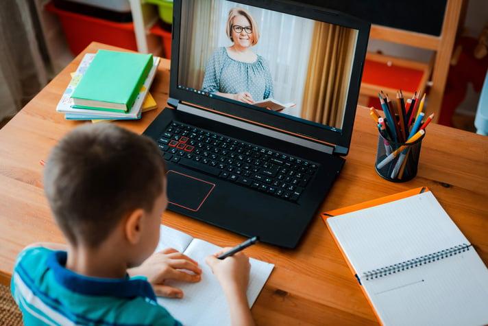 niño estudianto en casa
