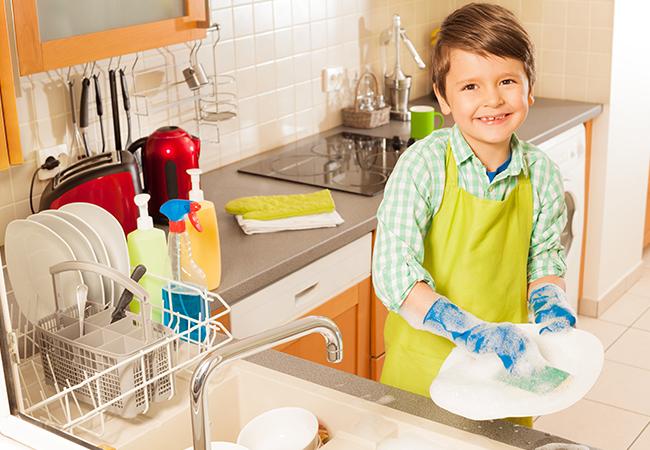 Por qué es importante que los niños ayuden en casa