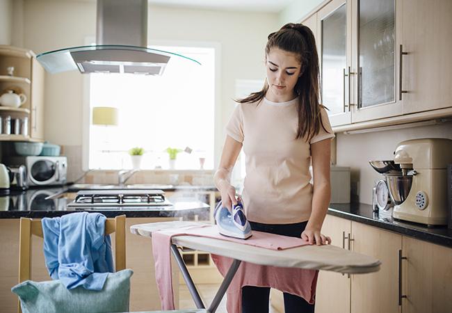 niños ayudando en las tareas del hogar